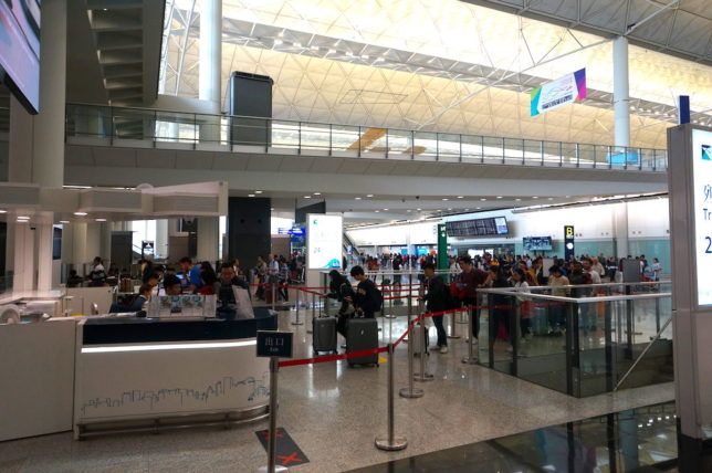 香港国際空港のエアポートエクスプレスの購入ブースには人が並んでいる